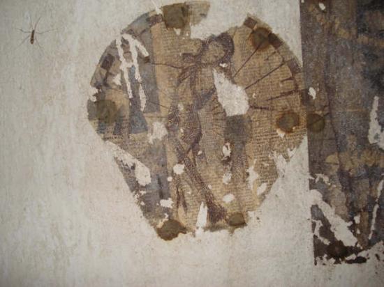 photo collée au mur d'une chambrette à 40 m sous terre