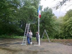 drapeau-et son mat ds trou forage