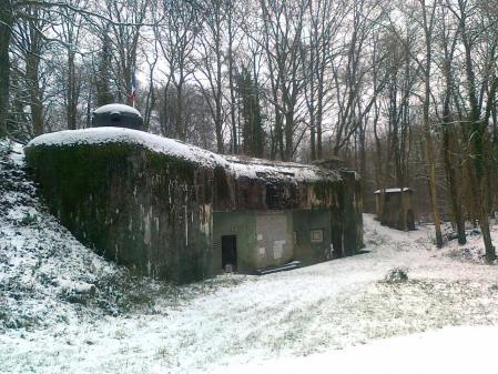 Eintritt-Feste in winter mitt Schnee.